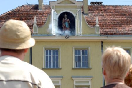 Pan Twardowski wychodzący z okna kamienicy na Straym Rynku
