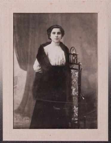 Fotografia portretowa studyjna n.n. kobiety przy bambusowym parawanie, wyk. Karol Szałwiński, Włocławek, Królestwo Polskie przed 1906 r.